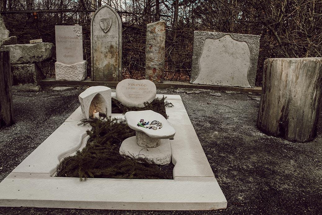 Individuelles Kindergrab, Gedenkstätte mit Trauerschale und Kerze