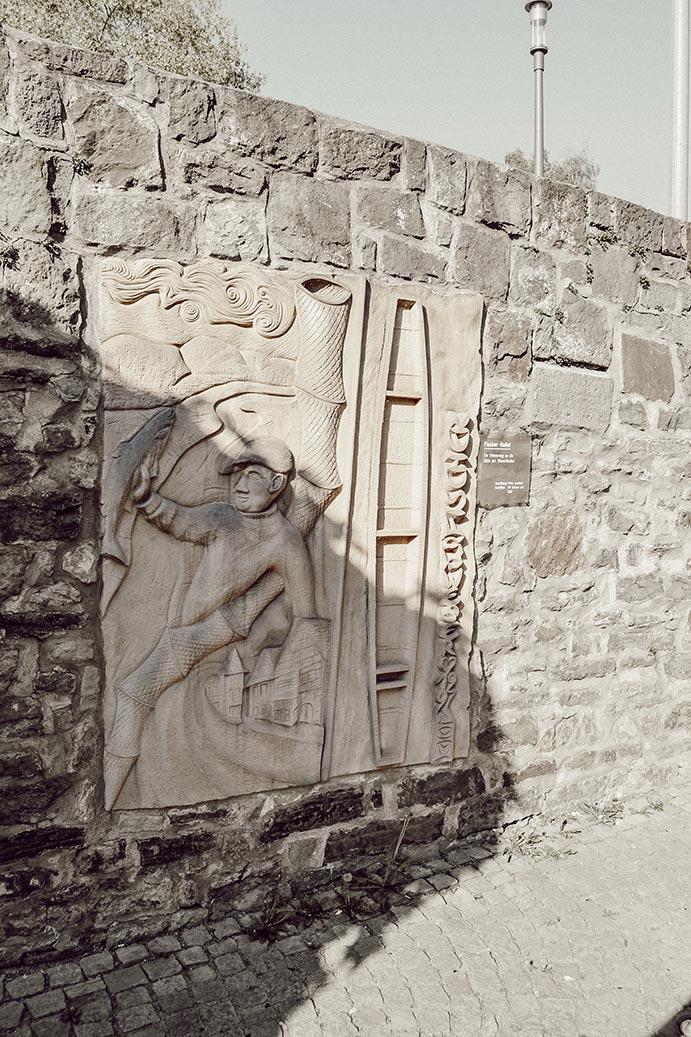 Sandsteinrelief an der Stadtmauer in Rinteln