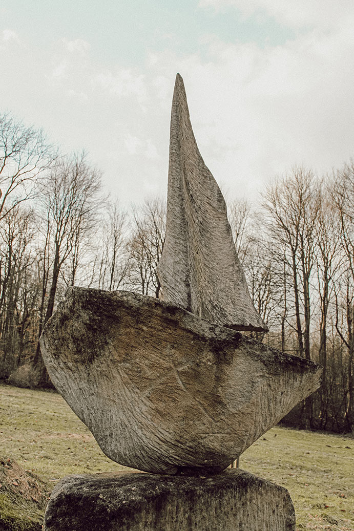 Segelboot auf dem Garten der geliebten Steine
