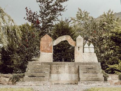 Denkmal aus Sandstein von Peter Lechelt im Ort Schaumburg