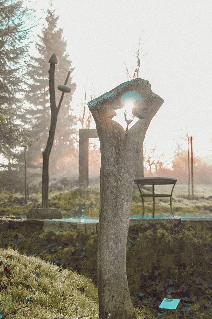 Gartenskulptur aus Stein mit Durchbruch