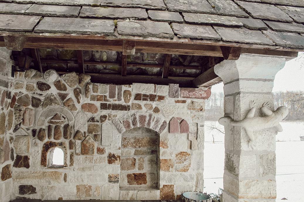 Bushaltestelle in Bodenengern mit Wandgemälde aus groben Steinen