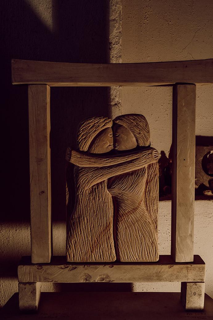 Skulptur aus Sandstein namens Die Liebenden von Steinbildhauer Peter Lechelt