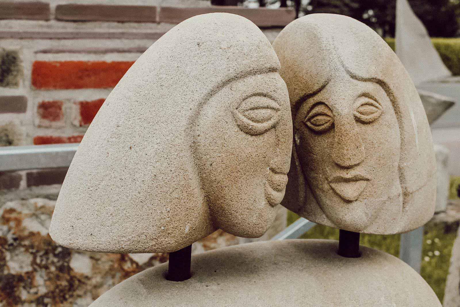 Sandsteinskulptur mit 2 Köpfen von Peter Lechelt