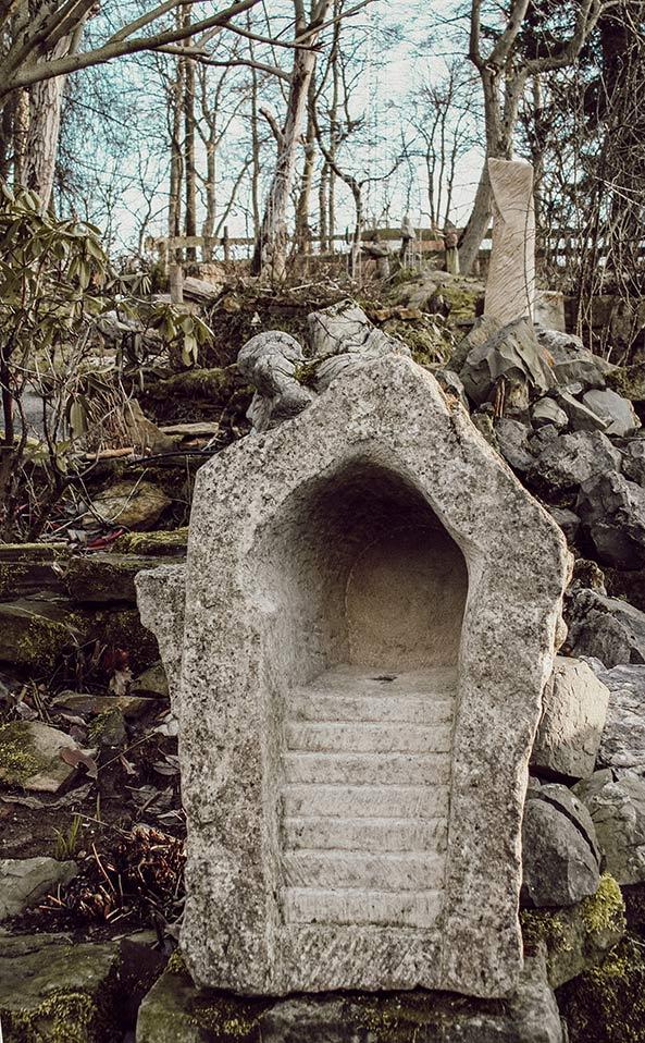 Treppe, in den Stein hinein